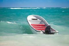 L'embarcation de plaisance blanche flotte sur l'eau orageuse Image stock