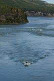 L'embarcation de plaisance croise vers le haut du Peace River puissant, du nord-est AVANT JÉSUS CHRIST photographie stock libre de droits
