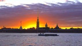 L'embarcation de plaisance navigue chez Peter et Paul Fortress au coucher du soleil St Petersburg