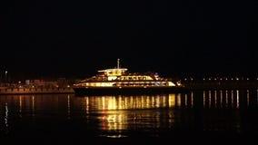 L'embarcation de plaisance de passager se tient au pilier la nuit banque de vidéos