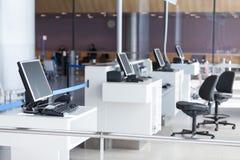 L'embarquement d'aéroport terminal préparent pour des passagers Photographie stock