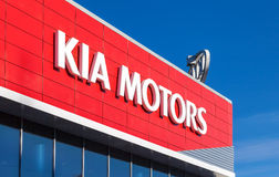 L'emblème KIA circule en voiture sur le fond de ciel bleu Images stock