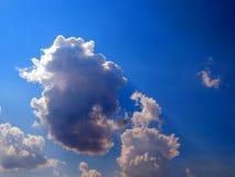 L'emergenza del sole dalle nuvole nel cielo Fotografie Stock Libere da Diritti