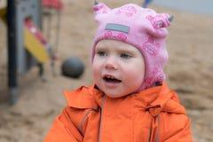 L'emozione del bambino sul campo da giuoco nel giorno di autunno fotografie stock libere da diritti