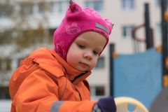 L'emozione del bambino sul campo da giuoco nel giorno di autunno immagini stock