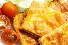 L'empanada espagnol fait maison a rempli des thons et de poivron rouge Photo libre de droits