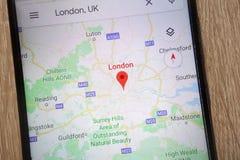 L'emplacement de Londres sur Google Maps a montré sur un smartphone moderne photo libre de droits