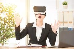 L'employé de bureau est étonné au visuel 3D Photos stock