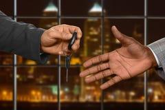 L'employé de bureau reçoit la clé de voiture photographie stock libre de droits