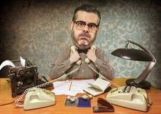 L'employé de bureau saturé opprime deux téléphones contre le sein photographie stock libre de droits