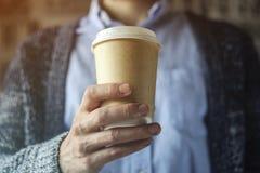 L'employé de bureau tient une tasse de café Concept de pause-café photos stock