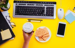 L'employé de bureau a une pause-café Espace de travail d'un jeune employé féminin Photographie stock