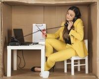 L'employé de centre d'appels coupe le câble du combiné de téléphone, duri Photo stock