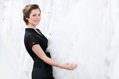 L'employé de magasin recherche la robe Images libres de droits