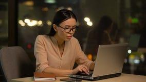 L'employé féminin souffre la fatigue oculaire et le mal de tête quand utilisant l'ordinateur portable, surmenage banque de vidéos