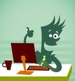 L'employé s'assied devant l'ordinateur Images stock