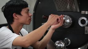 L'employé travaille à une usine de café clips vidéos