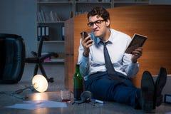 L'employé triste dans le bureau manquant son épouse après séparation de divorce Image libre de droits
