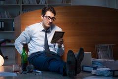 L'employé triste dans le bureau manquant son épouse après séparation de divorce Image stock