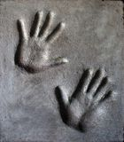 L'empreinte de homme et la main de la femme en mortier images stock