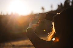 L'encadrement de main de femme éloigné Photographie stock