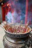 L'encens colle le temple - Hanoï Vietnam Image stock