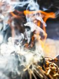 L'encens du bâton d'herbe fume comme tradition de Shamanic photos stock