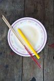 L'encens et la bougie pour donne l'aumône à un moine bouddhiste photographie stock libre de droits