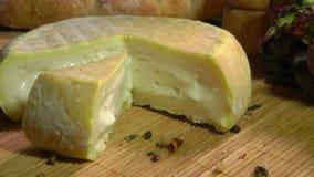 l'Encore-vie avec le fromage ? p?te molle, le pain et les verts banque de vidéos