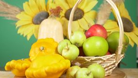 L'encore-vie color?e sur un fond color? Potiron, courge, pommes R?colte 4k d'automne banque de vidéos