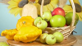 L'encore-vie color?e sur un fond color? Potiron, courge, pommes R?colte 4k d'automne clips vidéos