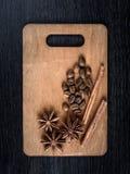 l'encore-vie de la cannelle, de l'anis d'étoile et du café pour Noël sur les panneaux en bois de fond Image libre de droits
