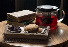 l'Encore-vie, table en bois couverte, petit déjeuner avec le thé, groseilles et biscuits d'écrou image libre de droits