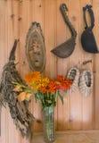 l'Encore-vie Un bouquet des fleurs sur le fond d'un mur en bois avec de vieux articles de ménage images stock