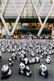 L'endroit de beaucoup de sculptures en panda sur le plancher est une exposition d'art avec des assistances et les visiteurs prenn photos libres de droits