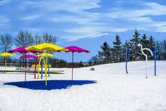 L'endroit de terrain de jeu a couvert la neige dans l'horaire d'hiver Photographie stock libre de droits