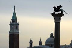 L'endroit St Mark de campanile avec le lion de Venise photo stock