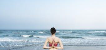 L'energia della spiaggia dell'equilibrio medita il concetto di rilassamento di pace immagini stock libere da diritti