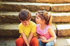L'enfance aiment d'abord Vacances de vacances d'?t? petits fille et gar?on sur l'escalier rapports couples de petits enfants Gar? photos libres de droits