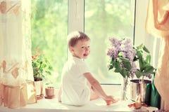 L'enfant à un hublot Photos libres de droits