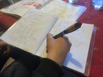 L'enfant écrivent avec un stylo Photo libre de droits