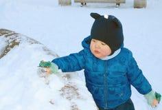 L'enfant a été pris pour une promenade sur la rue Images libres de droits