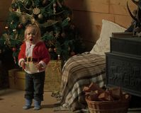 L'enfant étonné par Noël a lu la lettre de souhait image stock