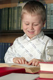 L'enfant a affiché un livre Image libre de droits