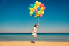 L'enfant apprécie des vacances d'été à la mer images libres de droits