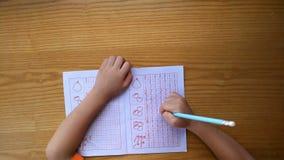 L'enfant apprend à écrire des chiffres arabes par les guides suivants clips vidéos