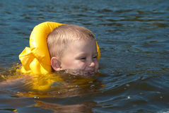 L'enfant apprend à nager Photographie stock libre de droits