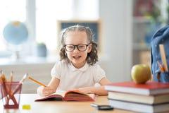 L'enfant apprend dans la classe photographie stock libre de droits