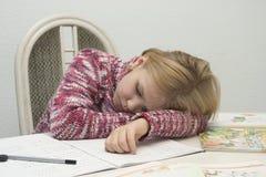 L'enfant apprend et sommeil images stock