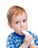 L'enfant avec l'inhalateur fait la marche à suivre de médecine Photos libres de droits